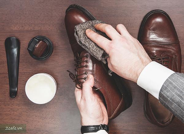 Tăng tuổi thọ cho giày da nam bằng việc đánh xi
