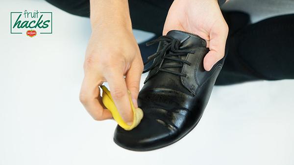 Thay thế xi đánh giày bằng vỏ chuối