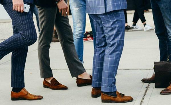 Giày lười da cùng quần vải